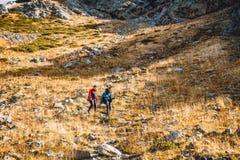 Hikers в горах Туристы спускают от горы Стоковые Изображения RF