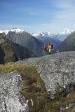 2 Hikers в горах стоковое изображение