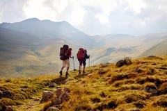 Hikers в горах Стоковые Изображения