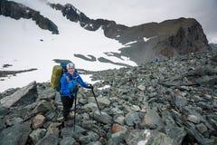 Hikers в горах Altai Стоковая Фотография