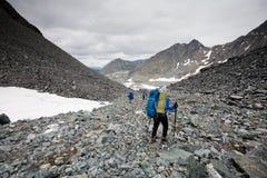 Hikers в горах Altai Стоковая Фотография RF