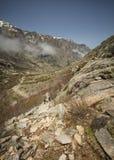 Hikers в горах Restonica в Корсике Стоковые Изображения