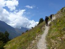 Hikers в осенних Гималаях стоковое изображение