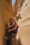 Hikers в парадной лестнице Escalante Юте Стоковое фото RF