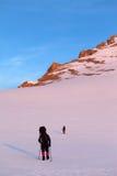2 hikers в плато восхода солнца снежном Стоковое Фото