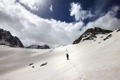 2 hikers в снежных горах Стоковое фото RF