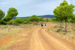 2 hikers в через de Ла Plata, El Berrocal в Almaden de Ла Plata, провинции Севильи, Андалусии, Испании Стоковая Фотография RF