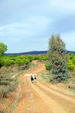 2 hikers в через de Ла Plata, El Berrocal в Almaden de Ла Plata, провинции Севильи, Андалусии, Испании Стоковые Фотографии RF