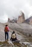 2 hikers девушек смотря утесы Стоковое Изображение RF