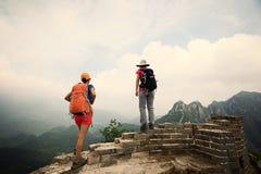 Hikers женщин наслаждаются взглядом на верхней части Великой Китайской Стены Стоковое фото RF