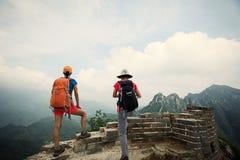 Hikers женщин наслаждаются взглядом на верхней части Великой Китайской Стены Стоковое Изображение