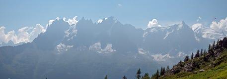 Hikers женщин наслаждаются ver взглядов долина Шамони, Франции и к Монблану в Альпах Стоковое Изображение
