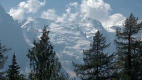 Hikers женщин наслаждаются ver взглядов долина Шамони, Франции и к Монблану в Альпах Стоковая Фотография RF