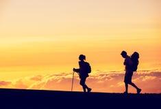Hikers захода солнца Стоковое Фото