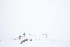 Hikers зимы на верхней части Стоковое фото RF