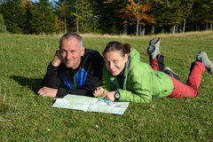2 hikers и карты Стоковое Фото