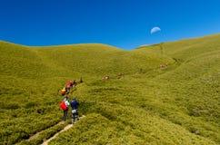Hikers идя вдоль горной тропы Стоковое Изображение RF