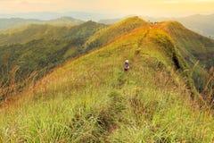 Hikers идя к верхней части горы, Khao Chang Puak Таиланд женщины Стоковые Фотографии RF