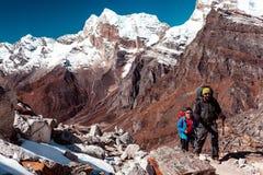 Hikers идя на местность горы на популярной trekking трассе Стоковая Фотография