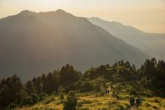 Hikers идя на холм Poon и красивое небо восхода солнца, Непал стоковые изображения rf