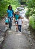 Hikers идя через лес Стоковое Изображение