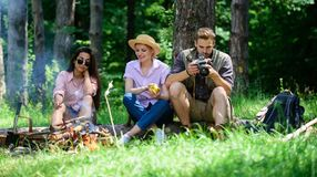 Hikers компании ослабляя на предпосылке леса пикника Потратьте большое время на выходных Остановка для закуски во время пешего ту стоковое фото rf