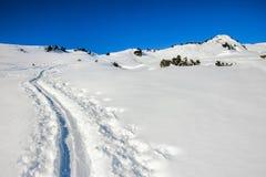 2 hikers лыжи идя к кресту саммита Солнечные лучи и backlight Стоковое Фото