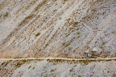 2 hikers мама девушек и девушка дочери на доломитах Стоковое фото RF