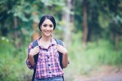 Hikers молодых женщин на времени Relax на концепции праздника путешествуют в fo Стоковое Изображение RF