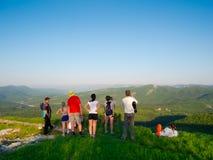 Hikers наблюдают местность Стоковые Изображения