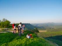 Hikers наблюдают местность Стоковые Фото