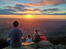 Hikers наблюдая красочный заход солнца над Сан-Диего, Калифорнией Стоковые Изображения RF