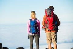 Hikers наслаждаясь взглядом от верхней части горы Стоковые Фотографии RF