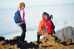 Hikers наслаждаясь взглядом от верхней части горы Стоковое Фото