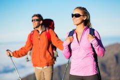 Hikers наслаждаясь взглядом от верхней части горы Стоковое Изображение RF