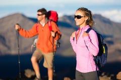 Hikers наслаждаясь взглядом от верхней части горы Стоковая Фотография RF