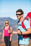 Hikers наслаждаясь взглядом от верхней части горы Стоковые Изображения RF