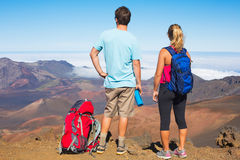 Hikers наслаждаясь взглядом от верхней части горы Стоковое фото RF