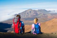 Hikers наслаждаясь взглядом от верхней части горы Стоковая Фотография