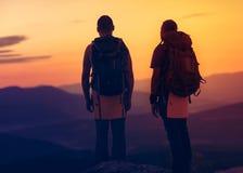 2 hikers наслаждаясь восходом солнца Стоковое фото RF
