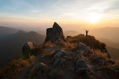 Hikers наслаждаясь восходом солнца Стоковая Фотография