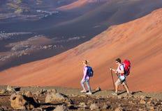 Hikers наслаждаясь прогулкой на изумительной горной тропе Стоковое Фото