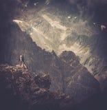 Hikers на верхней части горы Стоковые Фото