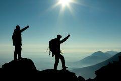 Hikers на верхней части горы Стоковое фото RF