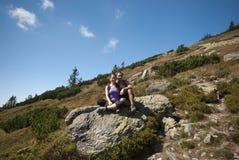 Hikers на верхней части гор Стоковое Изображение RF