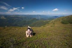 Hikers на верхней части гор Стоковое фото RF