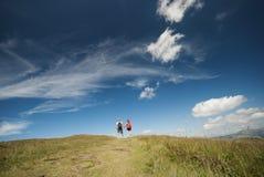 Hikers на верхней части гор Стоковое Фото