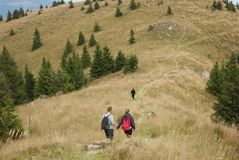 Hikers на верхней части гор Стоковая Фотография