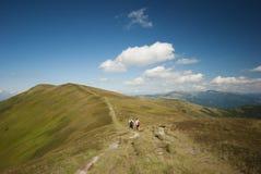 Hikers на верхней части гор Стоковые Фото