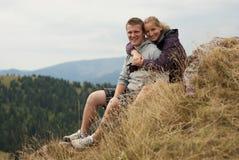 Hikers на верхней части гор Стоковые Изображения
